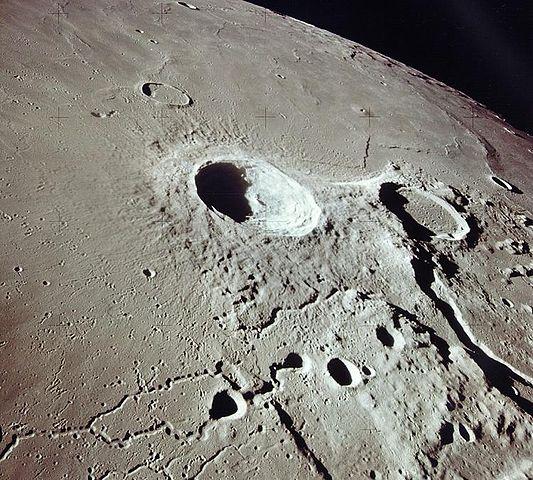 Лунный кратер Аристарх (в центре)