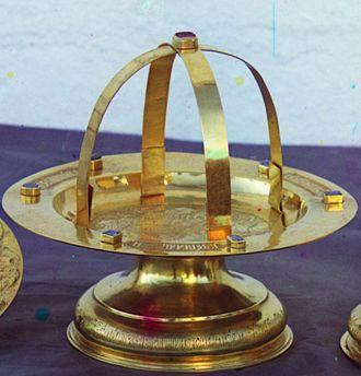 Asterisk (liturgy) - An asterisk resting atop the diskos.