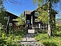 BJERKEBÆK Lillehammer, Norway. Author Sigrid Undset's home 1919–1949. Kunstnerhjem, museum, lafta tømmerhus (log house) hage, vippebrønn (shadoof), skigard, etc. Sol ,blå himmel, trær, vår. Røssumstua. 2021-05-29 IMG 0587.jpg