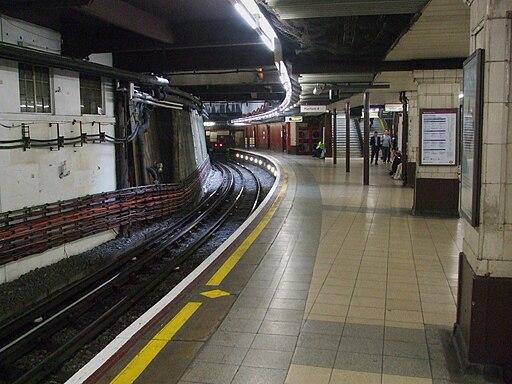 Baker Street stn Metropolitan bay platform 4 look south