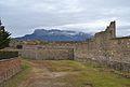 Bastió i fossat del castell de l'Aïnsa amb la Penya Montanyesa al fons.JPG