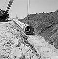 Bevloeiingsproject in de Negevwoestijn Buizen worden met een dragline in een gr, Bestanddeelnr 255-4773.jpg