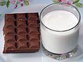 Bir bardak süt ve Cadbury fındıklı çikolata.jpg