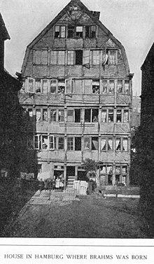 Im ersten Stock dieses Hauses in der Caffamacherreihe im Hamburger Gängeviertel wurde Brahms geboren (Aufnahme 1891). Das Haus wurde in der Operation Gomorrha zerstört. Auch spätere Wohnungen von Brahms sind nicht erhalten. (Quelle: Wikimedia)