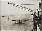 British seaplane returns to the parent ship., Bestanddeelnr 158-1993.jpg