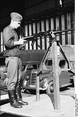 Bundesarchiv Bild 101I-612-2281-09, Russland, Mechaniker mit Bordwaffe (MG 15-)