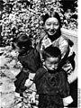 Bundesarchiv Bild 135-S-06-14-20, Tibetexpedition, Tibeterin mit Kindern.jpg
