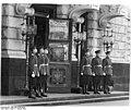 Bundesarchiv Bild 183-23200-0084, Berlin, Sowjetische Botschaft, Eingang, Ehrenwache.jpg