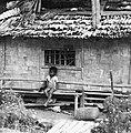 COLLECTIE TROPENMUSEUM Jongen op een bale voor zijn woning TMnr 20000012.jpg