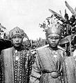 COLLECTIE TROPENMUSEUM Meisjes in adatkleding te Muaralakitan Palembang Zuid-Sumatra TMnr 10002797.jpg