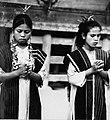 COLLECTIE TROPENMUSEUM Portret van twee danseressen tijdens de Si gale gale dans te Simanindo TMnr 20000335.jpg