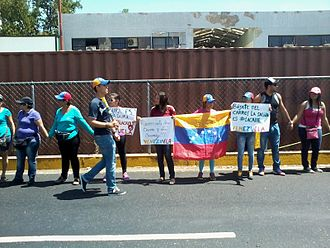 Timeline of the 2014 Venezuelan protests - Human chain of protesters in Valencia, Venezuela.