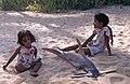 Calangute-06-Kinder mit Hammerhai-1976-gje.jpg