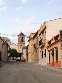 Camp de Mirra. Carrer Músic José Albero i església.JPG