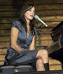 Chantal Kreviazuk speaks to the audience during a September, 2007 performance at Jackson-Triggs Winery (Niagara-on-the-Lake, Ontario, Canada)