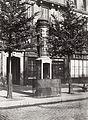 Charles Marville, Urinoir lumineux à 1 stalle, Boulevard Sébastopol, ca. 1865.jpg