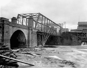 Chaudière Bridge - The third version under construction, a steel truss bridge (1892)