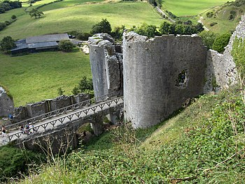 Puente y torre de la entrada del castillo.
