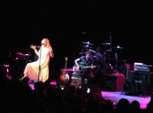 Love se apresentando no Moore Theatre em Seattle, Washington; 23 de julho de 2013