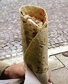 Panino arabo con dürüm kebab. Questo panino si differenzia dal döner per l'utilizzo della yufka, altro tipo di pane arabo, più simile a una piadina.