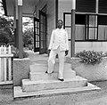 De districtssecretaris van Nickerie op de trap van zijn ambtswoning, Bestanddeelnr 252-5392.jpg