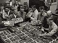 De eerste partij aangevoerde aardbeien worden op de veiling door de Rijkskeurdienst en kenners gekeurd (19 juni). Vanaf 1960 was de aardbeienveiling in de Parallelweg. Identifiatienummer 54-004339.JPG