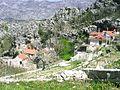 Domky vestavene mezi skaly, Svinisce u Omise.jpg