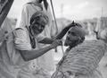 ETH-BIB-Der Barbier von Marrakech- seine Werkstatt überspannt der ewig blaue Himmel Marokkos-Tschadseeflug 1930-31-LBS MH02-08-0322.tif