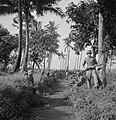 Een sectie militairen tijdens een rustpauze. Een korporaal geeft rugdekking , Bestanddeelnr 15852.jpg