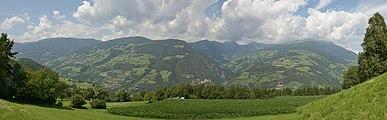 Eisacktal rechte Talseite in Klausen Südtirol.jpg
