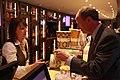 Exklusive Filmvorführung mit Botschafter Emerson für junge Berliner Ambassador Emerson buys some popcorn (50 50 sweet salty) (16562220776).jpg