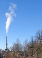 Fabrikschornstein der UPM-Kymmene vom Bahnhof Schongau aus gesehen.png