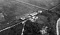 Flyfoto av gård med flyhangar - Værnes? (ca. 1925) (10805324256).jpg