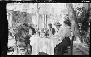 Cassis - Image: Francis Picabia and F.M. Mansfield with 2 women and a man at outdoor café table. Cassis, France