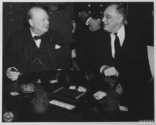 Roosevelt et Churchill à la conférence de Casablanca. Le Premier ministre britannique porte une veste par-dessus son gilet, une chaîne de montre en or et le nœud papillon de son père, et fume son habituel cigare.