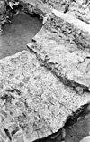 fundering 13e eeuws apsis zuid-zijde transept naar het noord-westen binnenzijde apsis nog juist te zien in kern veel tuf - groningen - 20092554 - rce