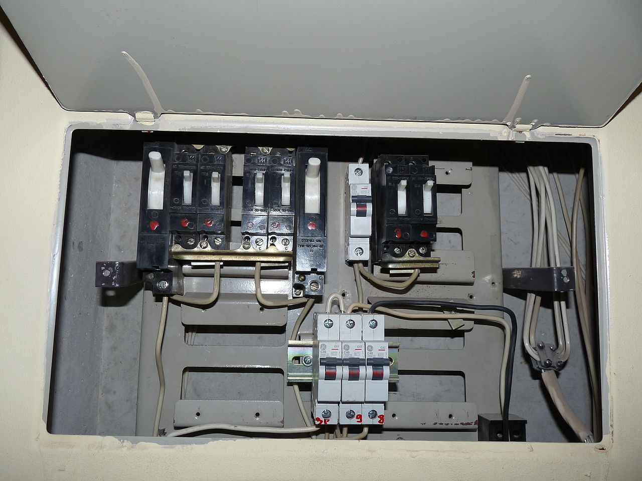 File Fuse Box In Old Apartment Building Jpg Wikimedia Commons Meter