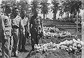 Generaal S.H. Spoor (links) op een begraafplaats, Bestanddeelnr 13-1-1.jpg