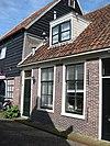 foto van Rechterhelft van eenvoudig woonhuisje met lijstgevel