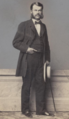 Gustav Schmoller vor Schaufenster.PNG