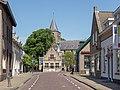 Halsteren, straatzicht Dorpsstraat met voormalig raadhuis RM19988 en de NHkerk RM19987 foto5 2015-05-24 12.01.jpg