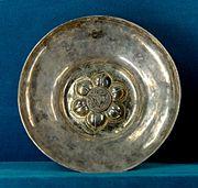 Hanap représentant un pélican s'arrachant le cœur pour nourrir ses petits. Argent champlevé, émaillé et partiellement doré, France, première moitié du XIVe siècle.