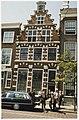Het stoffelijk overschot van Kees Verwey wordt uit het huis gedragen waar hij sinds 1941 woonde. NL-HlmNHA 54036068.JPG
