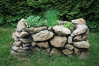 Raised-bed gardening - Image: Hochbeet aus Naturstein