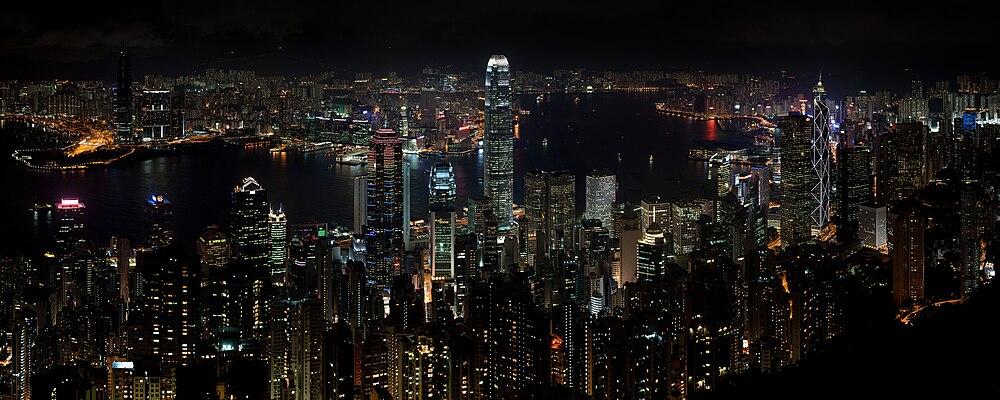 Foto mei wolkekliuwers naam fan Hong Kong Island, oarekant it wetter leit Kowloon.