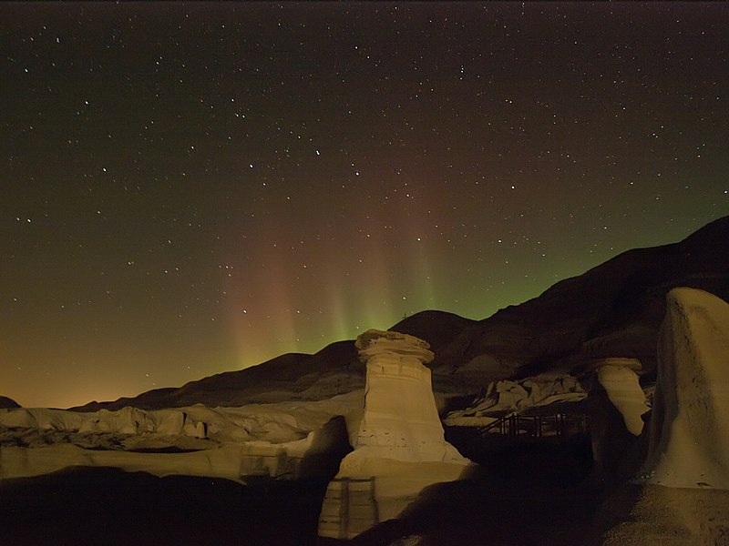 File:Hoodoo Aurora Borealis HD.jpg