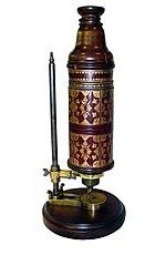 உலகைப் புரட்டிப் போட்ட 100 அறிவியல் கண்டுபிடிப்புகள் 150px-Hooke_Microscope-03000276-FIG-4