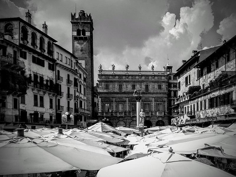 File:Il soffitto di Piazza delle Erbe.jpg