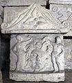Ipogeo dei volumni, urnetta con due geni funerari e testa di medusa.jpg