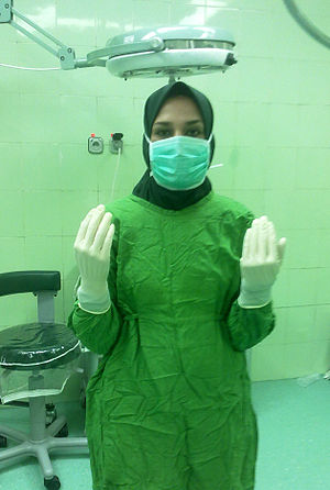 Surgical technologist - Surgical technologist demonstrating proper precautionary raised idle hand position